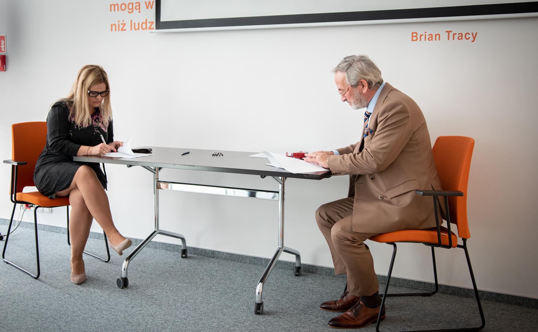 Na zdjęciu ceremonia podpisania jednej z umów ambasadorskich przez dyrektora urzędu pracy i jednej ze szkół