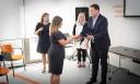 Na zdjęciu zastępca Prezydenta Miasta Gdańska ds. przedsiębiorczości i ochrony klimatu wręcza certyfikat ambasadora jednemu ze szkolnych doradców zawodowych