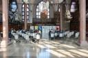 Na zdjęciu wnętrze Dworu Artusa w Gdańsku, w oddali uczestnicy konferencji zorganizowanej przez Sztab Kryzysowy Pomorskich Pracodawców