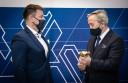 Roland Budnik wręcza statuetkę Pracodawcy Przyjaznemu Cudzoziemcom prezesowi firmy Profit4You, Jarosławowi Hałabisiowi